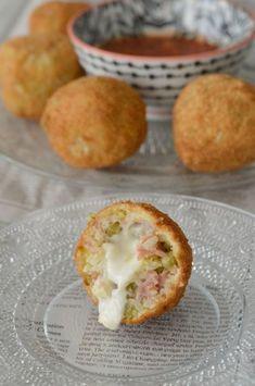 Arancini à la mozzarella, Recette Ptitchef Mozzarella, Italian Snacks, Arancini Recipe, Buffet, Pub Food, Food Concept, Cheat Meal, Love Eat, What To Cook