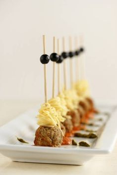 Skewered spaghetti and meatballs Fabulous holiday appetizers: SPAGHETTI AND MEATBALLS: Twirl cooked angel hair pasta around a skewer, then add a cooked meatball. Serve on puddles of vodka sauce and pesto Skewer Appetizers, Wedding Appetizers, Holiday Appetizers, Appetisers, Appetizer Recipes, Holiday Parties, Meatball Appetizers, Appetizer Party, One Bite Appetizers