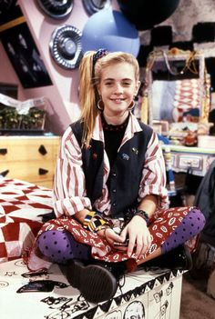 A group of offbeat fashion icons emerged in the early '90s, giving girls everywhere the confidence to be themselves and wear whatever they want. Blossom Russo will forever be remembered for her hats, Clarissa Darling's mixed prints and oversize Keith Haring t-shirts are the stuff of legends, and Kelly Kapowski could pull off a crop top like no other. Other early '90s television style stars we remember fondly are Kelly Bundy of Married With Children and resident rich girl Lisa Turtle of Saved…