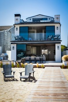 Newport Beach Bayfront House – Home Bunch Interior Design Ideas – Beach House Decor Small Beach Houses, Dream Beach Houses, Modern Beach Houses, Contemporary Houses, Beach House Plans, Beach House Decor, Beach House Designs, Narrow House Plans, Esstisch Design
