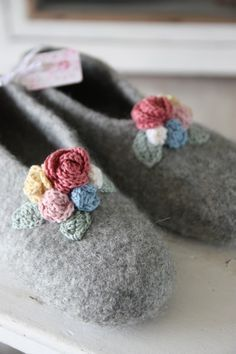 There were felt slippers again, they go away so quickly that I yarn . - Felt slippers were created again, they go away so quickly that I can& even keep up with the pr - Felt Shoes, Felted Slippers, Sewing Appliques, Wet Felting, Fashion Sewing, Crafty Projects, Baby Knitting, Gifts For Friends, Wool Felt
