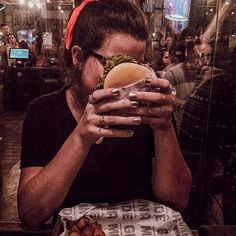 A girl and her burger. -- Me preparando mentalmente para devorar esse burgui. 📷 @thaiscflor  #Regram via @cyndriamartins