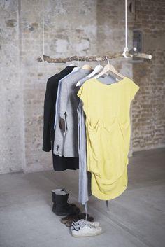 DIY Kleiderstange zum selber machen aus einem Ast und zwei Seilen - als Garderobe