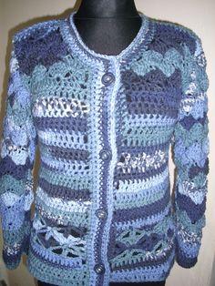 V modrých tónech Kabátek je háčkovaný ze středně silné příze se zapínáním na 4 knoflíky. Na rukávech a sedle je vějířkový vzor,u dolního okraje dírkovaný vzor. Šířka 48cm Délka 63cm Délka rukávu 56cm