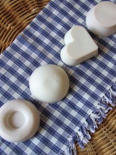 Sapone con l'olio di frittura avanzato! GENIALE! Beauty Case, Natural Cleaners, Cleaning Recipes, Naturally Beautiful, Home Decor Styles, Soap, Homemade, Stella, Crafts