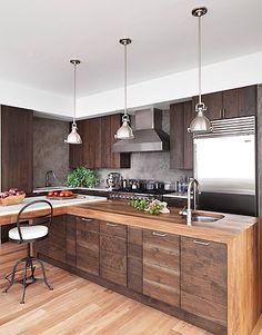CHIC COASTAL LIVING: Modern Sag Harbor Kitchen pendants: Hudson Valley Lughting
