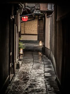 Back alley in Kyoto, Japan. Japan is a must see! Japanese Streets, Japanese House, All About Japan, Japan Street, Art Asiatique, L5r, Japanese Architecture, Dojo, Japanese Culture