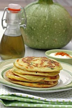 Zucchini and yogurt sauce pancakes - the sweet treats of the Praline family - Here is a magic recipe which is unanimous and that even there is zucchini in it ! Easy Chicken Recipes, Easy Healthy Recipes, Low Carb Recipes, Healthy Snacks, Vegan Recipes, Easy Meals, Zucchini Patties, Zucchini Pancakes, Vegan Breakfast Recipes