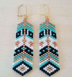 Des boucles d'oreilles fait main en tissage perles miyuki composées de quatre couleurs de perle : noir ,blanc, turquoise et or Pour oreilles percées Hauteur totale : 7,5 cms - 18435915
