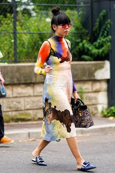 Haute Couture Fashion Week street style July Susie Lau wears tie dye celine dress and Maison Margiela shoes Quirky Fashion, Autumn Fashion Casual, Star Fashion, Fashion Show, Fashion Design, Fashion Trends, Fashion Fashion, Fashion Ideas, Latest Fashion