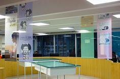 Desenhos, faixas, cartazes, a mesa de desenho do Quino, ilustrações - A Mafalda está muito bem representada na Biblioteca Parque Estadual.