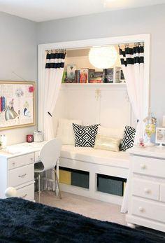 décoration chambre ado fille en noir et blanc, canapé encastré pour un gain d'espace maximal