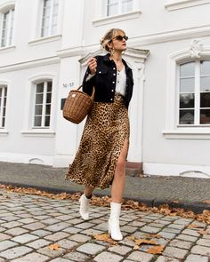 The leopard skirt you need in your closet my outfits флорист Summer Boots Outfit, Booties Outfit, Winter Boots Outfits, Fall Fashion Outfits, Look Fashion, Skirt Fashion, Autumn Fashion, Fashion Clothes, Stylish Outfits