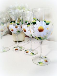 White Daisy Flowers Hand Painted wine glasses por Brusheswithaview