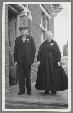 Man en vrouw uit Rijssen, gefotografeerd op 20 februari 1957 tijdens een…