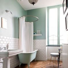 Spring finds for under $100 today on the blog! Love this springy mint bathroom, that free standing mint tub 😳 so cool! Image via 100 idées deco. #Regram via @beckiowens