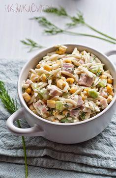 Ivka w kuchni: Sałatka z makaronem ryżowym, świeżym ogórkiem, kukurydzą, szynką i koperkiem Cooking Recipes, Healthy Recipes, Side Salad, Pasta Salad, Italian Recipes, Salad Recipes, Good Food, Food And Drink, Healthy Eating