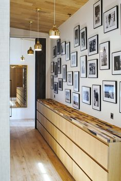 Ce bel appartement parisien de 700m2 a été entièrement repensé par le Studio Sarah Lavoine : les murs ont été cassés, les perspectives redessinées, de nouveaux espaces ont été créés alors que d'autres ont été repensés.
