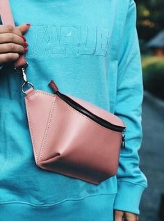 Trendy Ideas Diy Bag Leather Handmade Source by bags Ceinture Louis Vuitton, Diy Bags Purses, Hip Bag, Leather Bags Handmade, Handmade Bags, Leather Projects, Diy Leather Ideas, Handbags On Sale, Leather Accessories