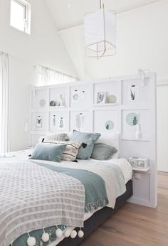 Mooie slaapkamers - Vakkenwand als hoofdeinde en als scheiding tussen het slaap-  en het werkgedeelte van de kamer; botanische printen, groen [vtwonen].
