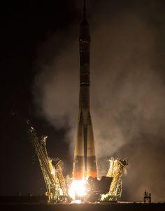 Poche ore fa la navicella spaziale Soyuz TMA-20M è partita dal cosmodromo di Baikonur, in Kazakistan, e dopo circa sei ore e mezza ha raggiunto la Stazione Spaziale Internazionale con a bordo Jeff Williams, Alexey Ovchinin e Oleg Skripochka. La Soyuz ha utilizzato la traiettoria veloce usata normalmente. Leggi i dettagli nell'articolo!