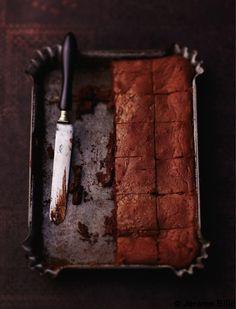 Recette Fondant chocolat  : Allumez le four sur th. 7/210° et beurrez un moule.Faites fondre le chocolat cassé en morceaux et le beurre au micro-ondes ou au...