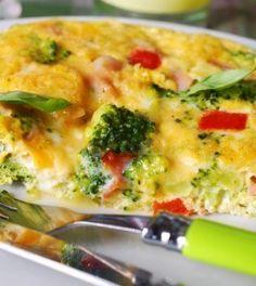 Koolhydraatarme Quinoa Omelet met Zalm en Spinazie. 3 omega-3 eieren 200g spinazie (of Boerenkool) 1 avocado 70g quinoa 1 rode ui 2 teentjes knoflook 100g gerookte zalm Olijfolie (extra vergine)