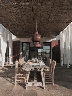 El comedor exterior está conectado con la cocina. Lámparas de hierro marroquíes…