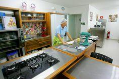 Resultado de imagem para cozinha de confeitaria pequena