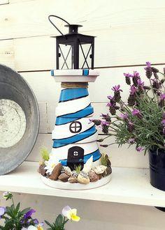 DIY maritimer Leuchtturm für den Garten (aus Blumentöpfen).