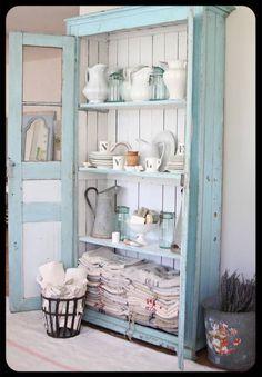 Gamle franske zink kander og gamle franske porcelænskander klar til forårets blomsterflor
