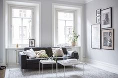 I like the fresh and clean look of this home in white. Especially the contrast in the bedroom with the dark grey walls looks very nice and I think this clean setting is paired with just the right amou