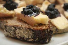 'Toasts de pain au levain au munster fermier avec un peu de confiture à la myrtille', lacuisineaquatremains.blog