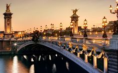 França Paris, Ponte Alexandre III, o rio Sena, cidade cenário em noite iluminada.
