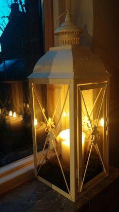 Leg wat mos onderin de lantaarn. Dat staat mooier.