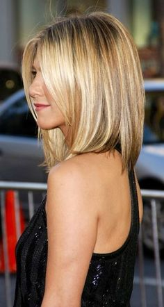 Honey Blonde Highlight - Medium Bob Hair Cut --- thinking of switching up my do.this could look cute on me, I have always wanted some Jennifer Aniston Hair! Medium Bob Hairstyles, Haircuts For Fine Hair, Pretty Hairstyles, Haircut Medium, Hairstyle Ideas, Straight Haircuts, Haircut Bob, Wedding Hairstyles, Latest Hairstyles