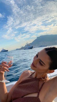 Kendall Jenner flaunts her svelte bikini body as supermodel enjoys the single li. Kendall Jenner f Kendall Jenner Outfits, Kendall Jenner Mode, Kendall And Kylie, Kendall Jenner Instagram, Kendall Jenner Photos, Kendalll Jenner, Kardashian Jenner, Jenner Hair, Jenner Makeup