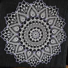 Crochet centerpiece. Centro de mesa 60 cm. de diámetro que tejí a crochet en algodón N°6 y crochet N°2. Con incrustaciones en hilo color lila.
