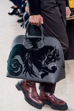 The complete Hermès Fall 2019 Menswear fashion show now on Vogue Runway. Hermes Bags, Hermes Handbags, Sneakers Mode, Sneakers Fashion, Fashion Shoes, Coaching, Piel Natural, Well Dressed Men, Luxury Bags
