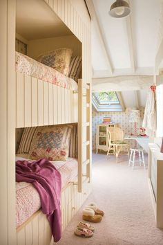 Vicky's Home: Una casa de cuento / One story house.bunks on one interior wall, office cubby on other side Bunk Rooms, Bunk Beds, Girl Room, Girls Bedroom, Bedrooms, Built In Bunks, Cottage Style Decor, House In The Woods, Small Spaces