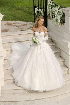 362298432d6c55 Abito da sposa romantico in tulle e pizzo ricamato a mano