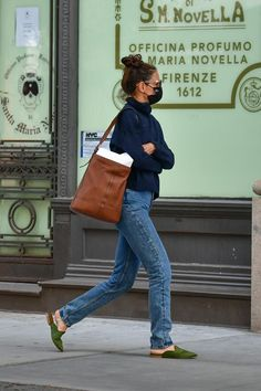 Celebrity Outfits, Celebrity Pictures, Celebrity Style, Katie Holmes, Sweater Shop, Navy Sweaters, Color Block Sweater, Star Fashion, Women's Fashion