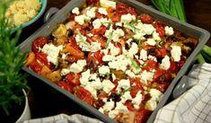 Ugnsstekt kyckling i långpanna med fetaost, tomater och oliver. God och lättlagad kyckling med smaker från medelhavet.