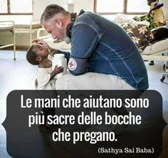 mani che aiutano Words Quotes, Wise Words, Life Quotes, Sayings, Religion Humor, Love Rules, Italian Quotes, In God We Trust, Sai Baba