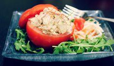 Ετοίμασε αυτό το λαχταριστό κρύο πιάτο για μετά το γυμναστήριο, που θα σε γεμίσει ενέργεια και θα ενεργοποιήσει το μεταβολισμό σου ώστε να συνεχίσεις να καις λίπος και θερμίδες ακόμη και μετά την προπόνησή σου. Υλικά: 4 μέτριες σφιχτές ντομάτες 1-1/4 φλιτζάνι κοτόπουλο βραστό τριμμένο 1/2 κ.σ μαγιονέζα χαμηλών λιπαρών και 1 κσ γιαούρτι ή [...]