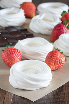 A step-by-step guide to making homemade meringue nests, perfect for making beautiful mini pavlovas. Mini Desserts, Meringue Desserts, Meringue Cookies, Meringue Shells Recipe, Polish Desserts, Meringue Food, Meringue Pavlova, Plated Desserts, Gourmet Recipes