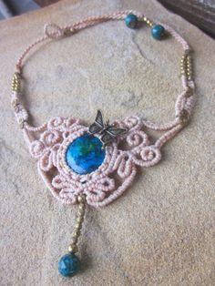 Hippie Makramee Halskette mit Chrysokoll in balu und grün , Messing Schmetterling und Messingperlen