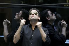 Andrés Calamaro nunca se detiene. A este músico argentino, la creatividad parece brotarle por los poros, poseerlo y llevarlo a un trance profundo del que solamente puede salir componiendo una canción.