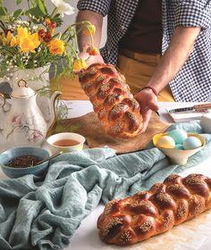 Η ερευνήτρια γαστρονομίας και δημιουργός της ιστοσελίδας γαστρονομικής εκπαίδευσης TasteFULL.gr, Βίκυ Κουμάντου, μας δίνει την αξεπέραστη συνταγή της για τα πιο αρωματικά, κορδωτά και «τρυφερά» τσουρέκια. Sweets Cake, Sausage, Food And Drink, Easter, Meat, Desserts, Cakes, Kuchen, Tailgate Desserts