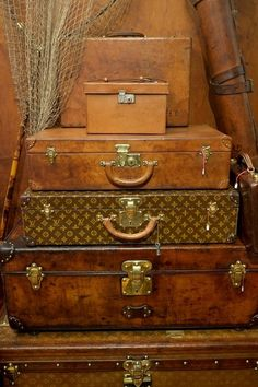 Vintage luggage at Bentleys, 204 Walton Street, London Source by mehmbicer Old Luggage, Leather Luggage, Luggage Bags, Travel Luggage, Vintage Suitcases, Vintage Luggage, Vintage Travel, Vintage Louis Vuitton Luggage, Old Trunks